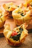 开胃菜-果子馅饼用菠菜、希脂乳、蕃茄、乳酪和大蒜 库存图片