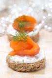 开胃菜-点心用黑麦面包,乳脂干酪,三文鱼 免版税库存照片