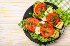 开胃菜-烤茄子用无盐干酪和蕃茄 免版税库存照片