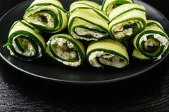 开胃菜-黄瓜卷充塞用乳脂干酪、大蒜和荷兰芹 免版税库存照片