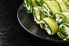 开胃菜-黄瓜卷充塞用乳脂干酪、大蒜和荷兰芹 库存照片