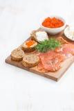 开胃菜-盐味的三文鱼、红色鱼子酱、多士和乳脂干酪 库存图片