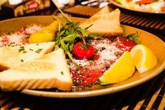 开胃菜-肉Carpaccio用帕尔马干酪 库存照片