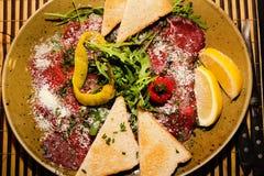 开胃菜-肉Carpaccio用帕尔马干酪 库存图片