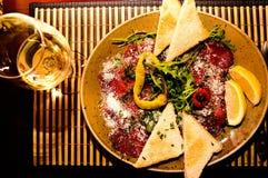 开胃菜-肉Carpaccio用帕尔马干酪 免版税库存照片