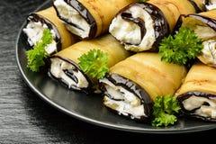 开胃菜-茄子卷充塞用奶油乳酪、大蒜和绿色 免版税库存图片