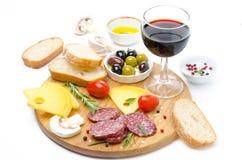 开胃菜-蒜味咸腊肠,乳酪,面包,橄榄,蕃茄,酒 免版税图库摄影