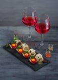 开胃菜-被治疗的肉、有壳的面包、卵黄质和乳酪-在戴酒两副眼镜的石委员会  库存图片