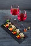 开胃菜-被治疗的肉、有壳的面包、卵黄质和乳酪-在戴酒两副眼镜的石委员会  免版税库存图片