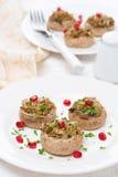 开胃菜-酿蘑菇用草本和石榴 库存照片