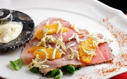 开胃菜-金枪鱼Carpaccio用帕尔马干酪,草本 免版税库存照片