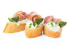 开胃菜-面包切片用烟肉,芦笋 免版税库存图片