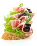 开胃菜-面包切片用烟肉 库存图片