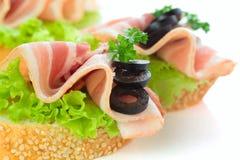 开胃菜-面包切片用烟肉 库存照片