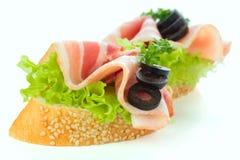 开胃菜-面包切片用烟肉 图库摄影