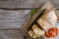 开胃菜- ciabatta,火腿,蓬蒿,蕃茄 免版税库存照片