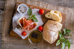 开胃菜- ciabatta,火腿,蓬蒿,蕃茄 库存照片