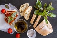 开胃菜- ciabatta,火腿,蓬蒿,蕃茄 库存图片