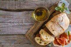 开胃菜- ciabatta,火腿,蓬蒿,蕃茄 免版税库存图片