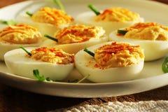 开胃菜- deviled鸡蛋用红辣椒 免版税库存图片