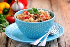 开胃菜& x28; salad& x29;烤茄子、胡椒、蕃茄、葱、大蒜和香菜 免版税库存照片