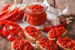 开胃菜ajvar从与大蒜特写镜头的胡椒 水平 库存图片