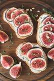 开胃菜bruschetta或多士用新鲜的干酪、无花果和蜂蜜 免版税库存照片