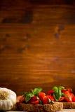 开胃菜bruschetta新鲜的蕃茄 免版税库存照片
