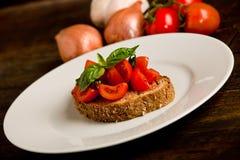 开胃菜bruschetta新鲜的蕃茄 免版税图库摄影