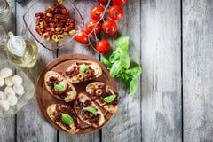 开胃菜bruschetta用各式各样的蕃茄、橄榄和mozarel 库存照片