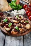 开胃菜bruschetta用各式各样的蕃茄、橄榄和mozarel 免版税库存图片