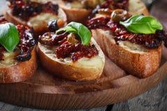 开胃菜bruschetta用各式各样的蕃茄、橄榄和mozarella 库存照片