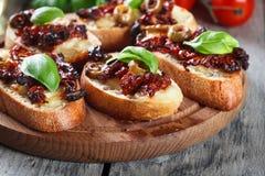 开胃菜bruschetta用各式各样的蕃茄、橄榄和mozarella 免版税图库摄影