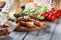 开胃菜bruschetta用各式各样的蕃茄、橄榄和mozarella 免版税库存图片