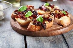 开胃菜bruschetta用各式各样的蕃茄、橄榄和mozarella 图库摄影