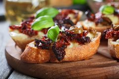 开胃菜bruschetta用各式各样的蕃茄、橄榄和mozarella 免版税库存照片