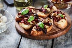 开胃菜bruschetta用各式各样的蕃茄、橄榄和mozarella 库存图片