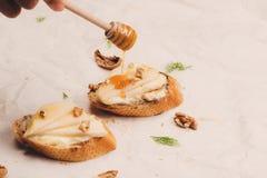 开胃菜bruschetta用苹果、核桃和蜂蜜在上面 免版税库存照片