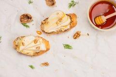 开胃菜bruschetta用苹果、核桃和蜂蜜在上面 库存照片