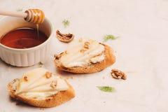开胃菜bruschetta用苹果,蜂蜜,核桃,选择聚焦 库存图片
