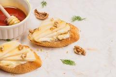 开胃菜bruschetta用苹果,蜂蜜,核桃,选择聚焦 免版税库存图片