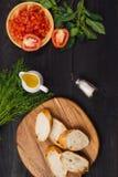 开胃菜bruschetta用蕃茄、橄榄和草本 意大利古芝 库存图片