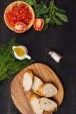 开胃菜bruschetta用蕃茄、橄榄和草本 意大利古芝 免版税库存照片
