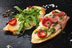 开胃菜bruschetta用蕃茄和烟肉 免版税库存图片
