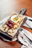 开胃菜bruschetta用蜂蜜、榛子和酸奶干酪 库存图片