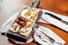 开胃菜bruschetta用蜂蜜、榛子和酸奶干酪 免版税库存照片