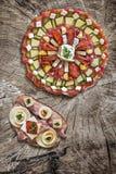 开胃菜Meze用在老木背景和蛋三明治在旁边安置的烟肉乳酪 免版税库存照片