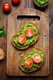 开胃菜pesto调味汁和蕃茄在面包 免版税库存照片