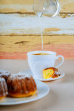 开胃葡萄干松饼和咖啡 库存照片