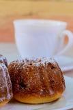 开胃葡萄干松饼和咖啡 免版税库存照片
